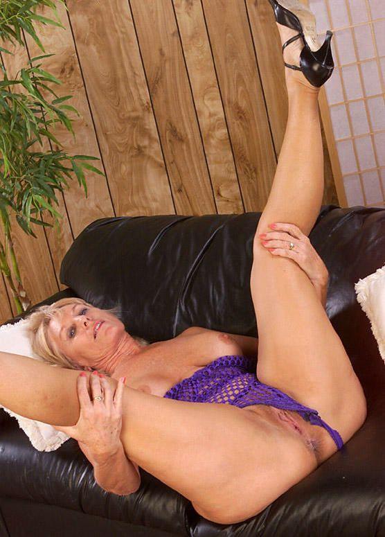 porno-siloy-razdvinul-nogi